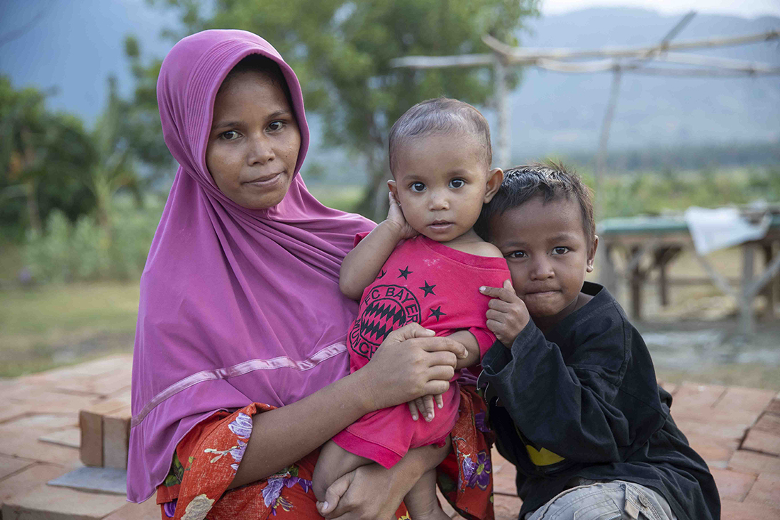 Fatma and her children posing and looking into the camera